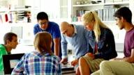 Insegnante con gli studenti in aula di lavoro