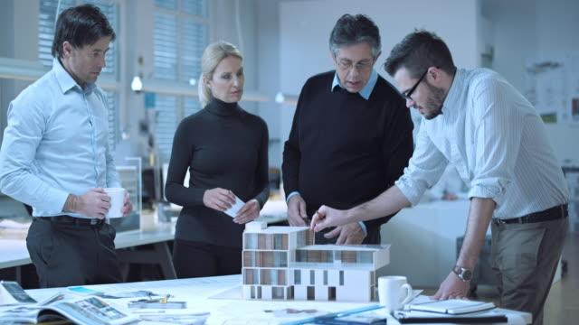 DS Team di architetti brainstorming in tutto il modello