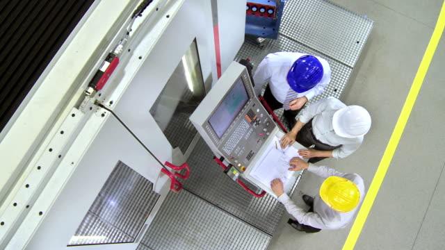 CS Team von Ingenieure Programme eine CNC Machine