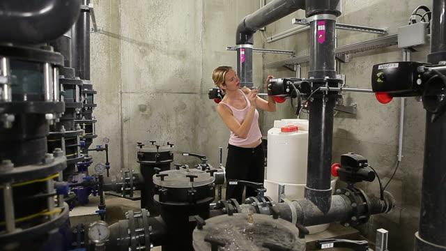 Esperto tecnico donna in plant metropolitana camera organizzare piccole metri
