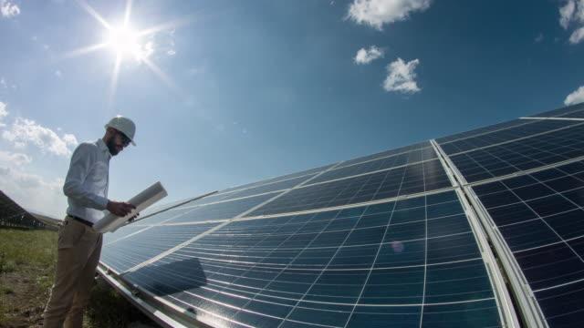Techniker bei Solar Power Station