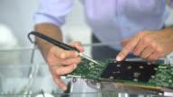 IT-Techniker ein Mainboard Befestigung