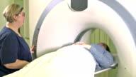 Techniker helfen Frau bekommen CAT-scan