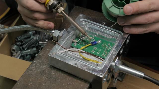 Techniker Fertigung Elektronik Teil. Leiterplatte, Lötkolben