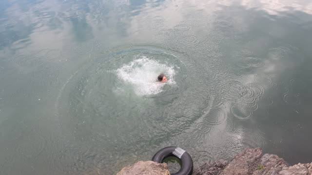 Teen girl jumps into lake, grabs float device and swims away