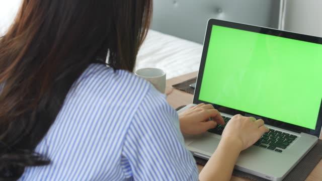 Teen Mädchen Arbeiten am laptop