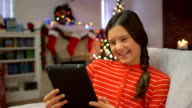 Teen video-Chats mit digitalen tablet in Christmas Geschenk erhalten haben