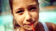 Teenager-Mädchen trinken Saft