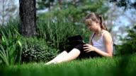 Adolescente ragazza giocando con compressa