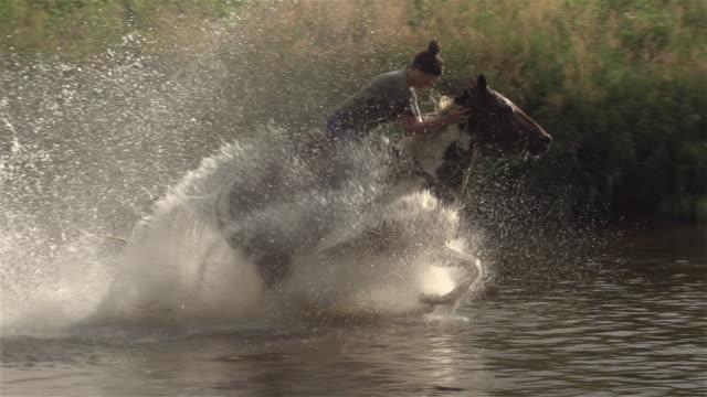 Tiener meisje paardrijden paard rivier Splash vrijheid slowmotion 4K 4:2:2