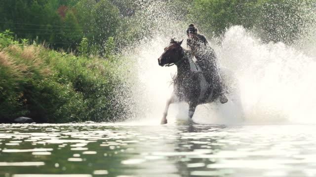 Tiener meisje paardrijden paard rivier Splash vrijheid Super SlowMotion 4K