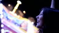 Teenager-Mädchen schreien auf Karussell, Nahaufnahme