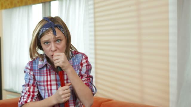 HD: Teenager Mädchen singen mit einem Besen