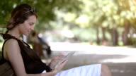 Teenager-Mädchen mit tablet pc