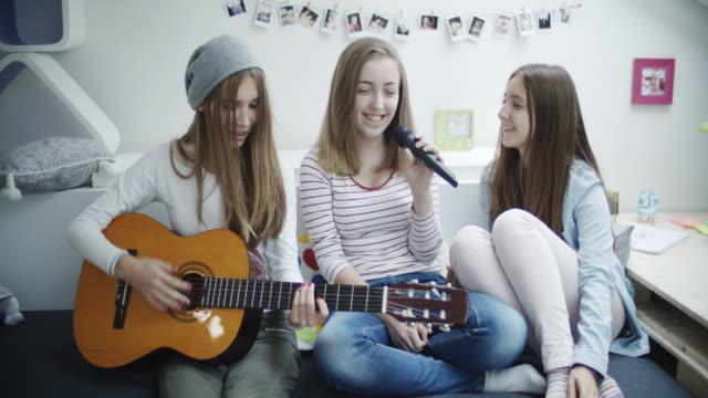 4 K: Teenager-Mädchen mit Karaoke-Party.