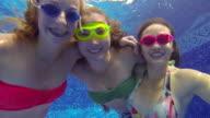 Teenager-Mädchen mit Brille, die Unterwasserwelt