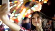 Teenager Lebensstil macht Mädchen Selfie mit Handy und im sozialen Netzwerk teilen