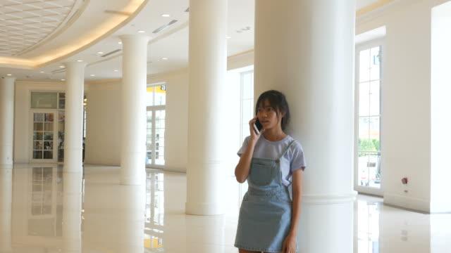 Teenager Frau mit Smartphone in der Universität