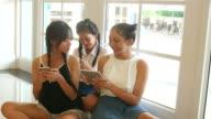Teenager Frauen mit Smartphone in der Universität