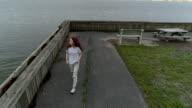 Teenager-Mädchen zu Fuß an der Promenade im Palisades Interstate Park, New Jersey. Luftbild-Drohne Video.