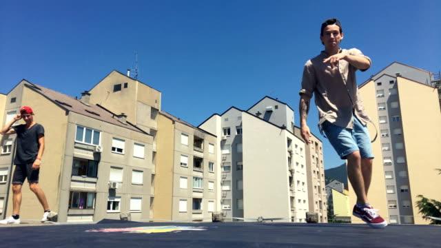Jugendliche Breakdance auf einem Dach