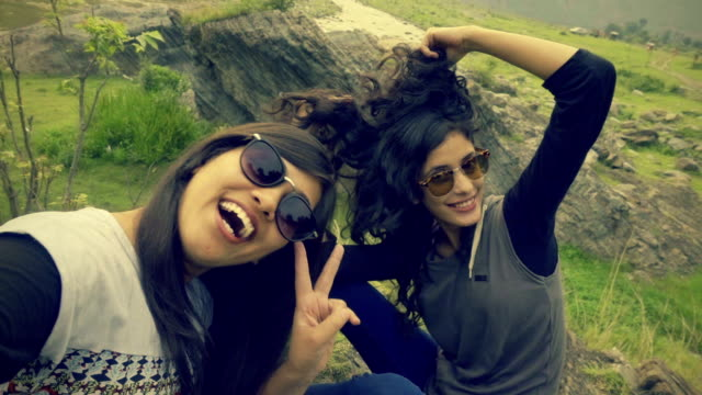 Jugendliche nehmen Spaß Selfie an der frischen Luft.