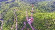 Telecommunicatie toren, toren van de omroep op groene bergketen met drone, luchtfoto