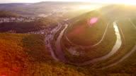 De luchtfoto drone-weergave van de Jim Thorpe (Mauch Chunk) en de Lehigh River in Carbon County, Poconos regio, Pennsylvania, USA