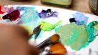 L'artista è un mix di vernice sulla tavolozza