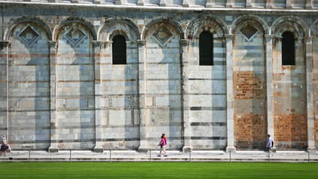 Der duomo und dem Schiefen Turm von Pisa über die Piazza dei Miracoli