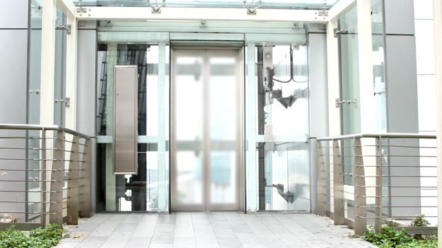 Der Aufzug Hinauf bewegen und geöffnet.