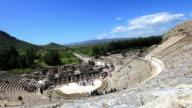 Im Großen Theater von Ephesos