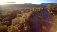 De I-80 Columbus snelweg in de buurt van door Delaware Water Gap, aan de grens tussen New Jersey en Pennsylvania. Luchtfoto drone-videobeelden.