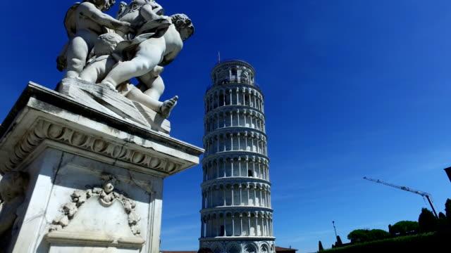 Der schiefe Turm von Pisa, mit Statue vor