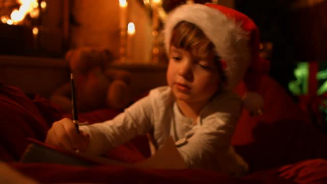 Il ragazzino scrive una lettera a Babbo