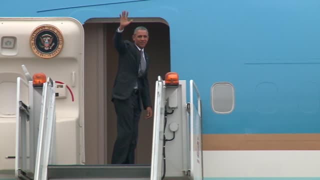WGN The Presidential Motorcade Arrives at O'Hare Airport and Obama Waves Before Walking into Air Force One in Chicago on October 28 2015