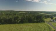 Het landschap luchtfoto van Poconos, Monroe County, Pennsylvania. De zonnige Zomerochtend. Het panoramisch overzicht over het veld en bos naar de Kunkletown, vervolgens naar de kleine boerderij in de buurt van de weg.