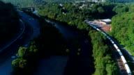 De schilderachtige luchtfoto van de brug over de Lehigh River in de buurt van Jim Thorpe, Pennsylvania, bij zonsondergang.