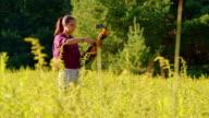 Die Teenager-Mädchen üben Bogenschießen