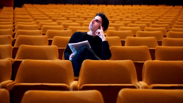 De theaterdirecteur bekritiseert casting-acteurs
