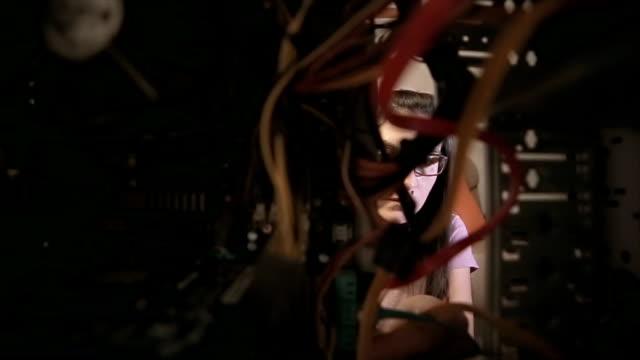 Die Frau legt den computer