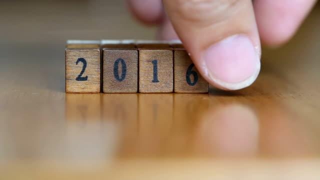 Het woord 2016 geschreven op hout blok en verplaatsen naar het woord 2017