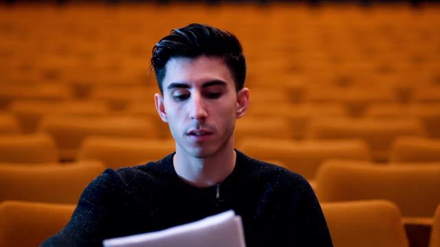 Theaterdirecteur evalueert casting-acteurs