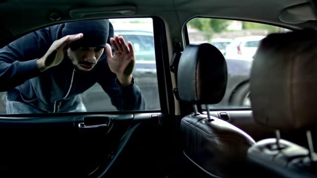 Ladro Controlla auto dall'esterno si prepara a diventare