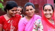 Drei freundliche traditionelle indische Frauen und Mädchen