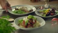 Tre pasti su un tavolo