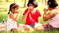 Drei Mädchen Essen