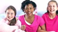 Drei Mädchen, die Pyjama-party