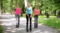 Drei Mädchen springen mit Kangoo Schuhe im park