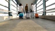 Tre resenärer rullande bagage vid tunnelbanestation